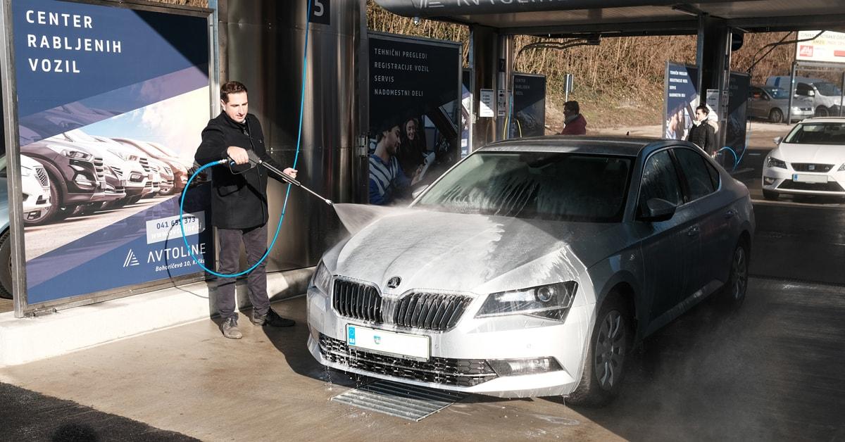 Pranje vozila hitro in enostavno ter primerno tudi za poslovneža v poslovni obleki